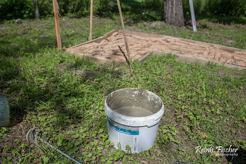 A bucket for mixing a mortar