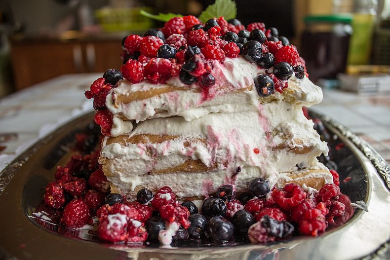 Sponge cake with wild berries